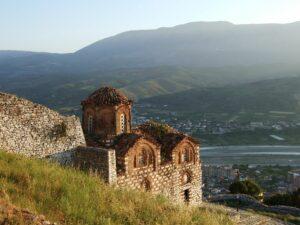 Albanien Berat Kirche im Abendlicht - Sento Wanderreisen